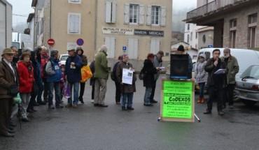 En ce jour de marché, organisations syndicales et associatives interpellent le citoyen./Photo DDM.