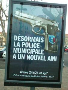 La campagne d'affichage lancée le 1er février 2015 annonce que la police municipale patrouille désormais armée