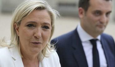 Marine Le Pen et F. Philippot  dans la cour de l'Elysée le 15 juillet 2016