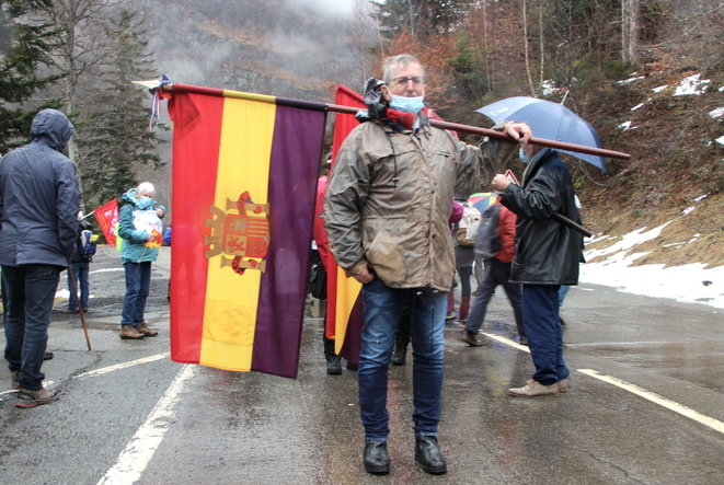 Migrants Daniel et son drapeau portillon-nopasaran-4