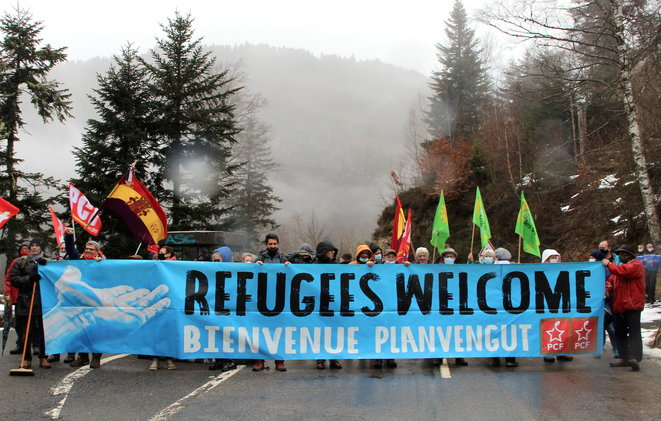 Migrants Pyrénées portillon-nopasaran-1