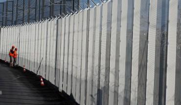 Travaux le long de la clôture d'Eurotunnel à Coquelles près de Calais
