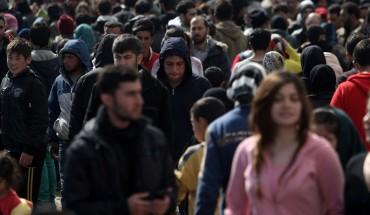 Des migrants aux abords d'un village près du Pirée